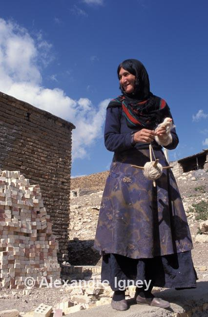 iran-woman-weaver