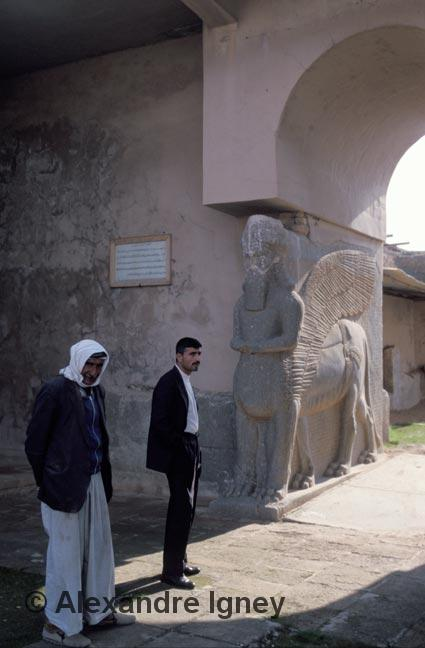 iraq-men-ruins