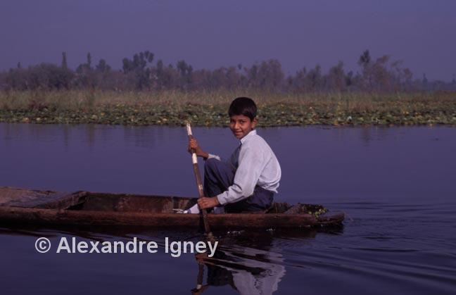 kashmir-lake-boy