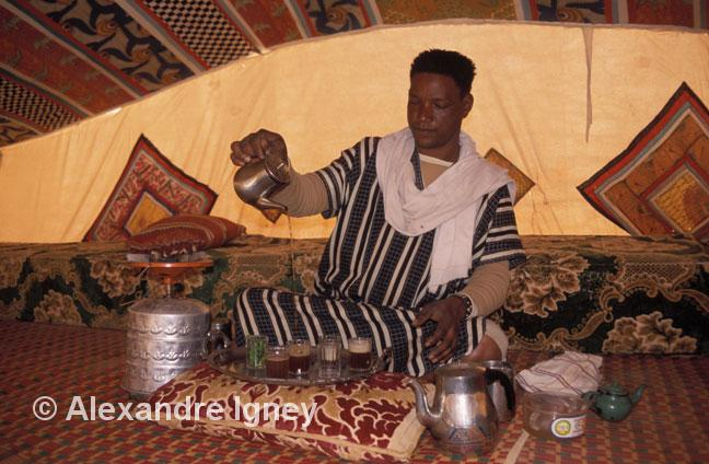 mauritania-tea-pourer