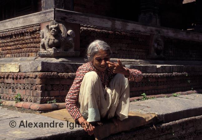 nepal-temple-woman