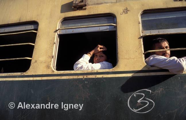 pakistan-train-people