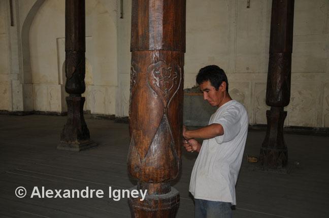uzbekistan-wood-carver
