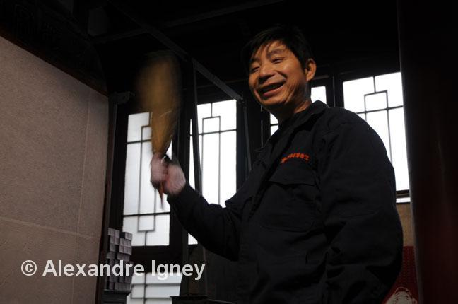 china-museum-worker