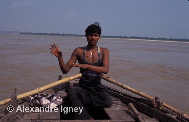 india-ganges-boatman