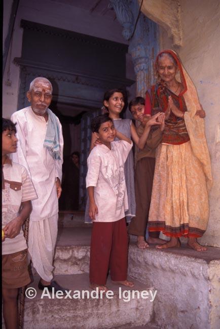 india-varanasi-family
