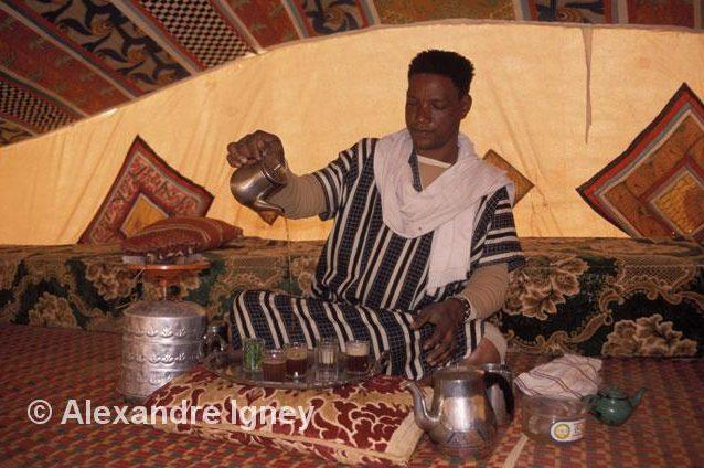mauritania-tea-pourer