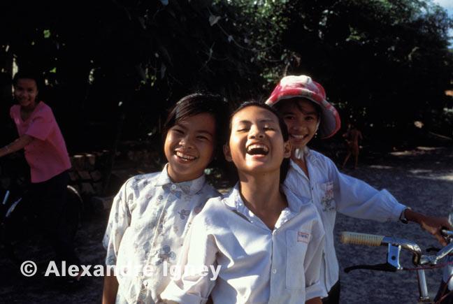 vietnam-school-girls